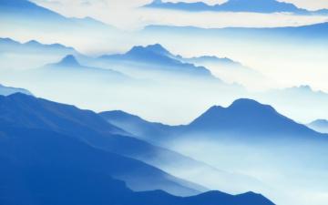 天上的云朵形态各异