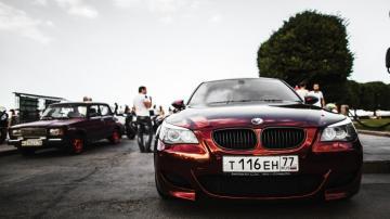 酒红色酷炫跑车宝马E60高清图片-好运图库