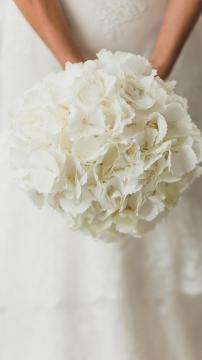 新娘子手捧着鲜花在跳舞,锁屏图片,高清手机壁纸-好运图库