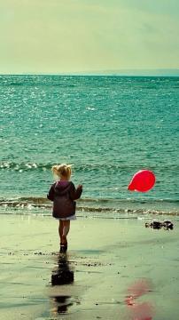 海滩女孩红气球手机壁纸-好运图库