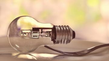 桌子上的叉子与电灯-好运图库