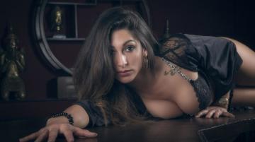 餐桌上漂亮性感女人摄影-好运图库