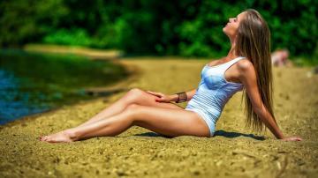 河流草地与美女-好运图库