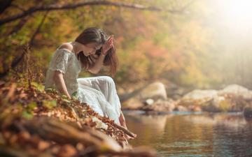 秋季树林河流与美女-好运图库