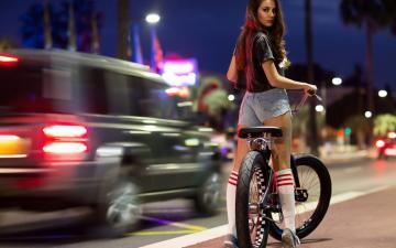 公路上骑自行车的美女-好运图库