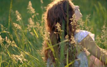 绿色草地花田与美女