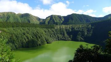 绿色山峰与河流