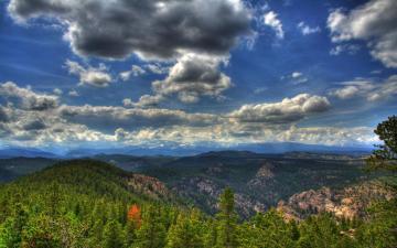 蓝天白云山峰与树林