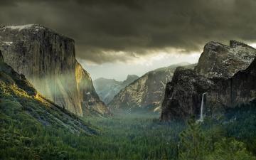 乡村山峰与树林