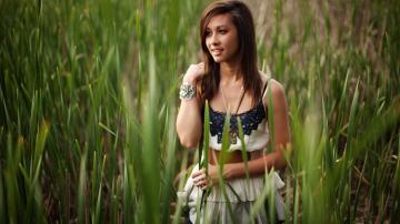 乡村草丛里的美女