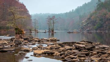 山林河流美景图