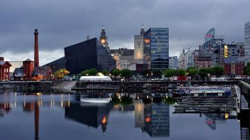 城市湖面倒影