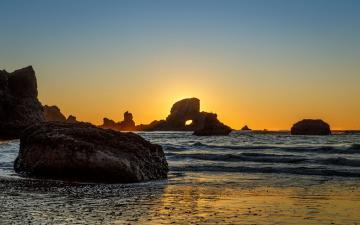 黄昏海岸礁石风景