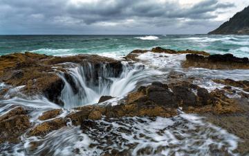 海岸瀑布漩涡