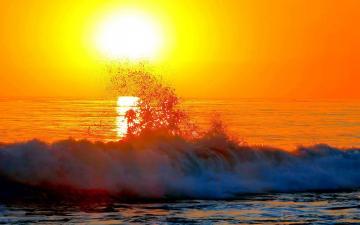 照在夕阳之下,水面上一片金光-好运图库