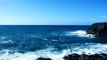 碧绿的海面,像丝绸一样柔和-好运图库