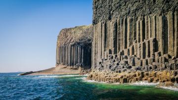 浩瀚无边的湛蓝的海洋,一道道波浪不断涌来,撞击在岩石上-好运图库