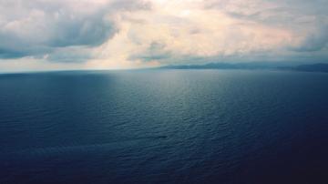 茫茫的一片海水和天空合为一体,都分不清是水还是天-好运图库
