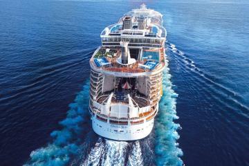 空旷的大海中,独有船只与之相伴,大海与轮船犹如亲密的恋人-好运图库